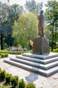 медитация у статуи Шри Чинмоя